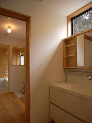 洗面コーナーと脱衣室は分けています。