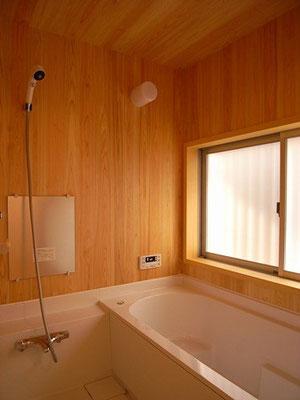 お風呂は吉野桧の壁天井とハーフユニットバス