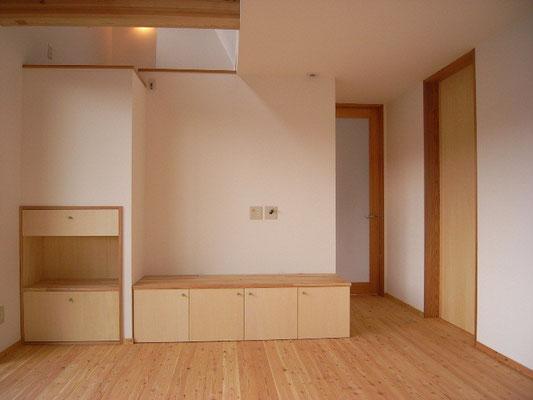 テレビボード。階段下を利用した収納はおもちゃの引き出しと絵本の本棚。