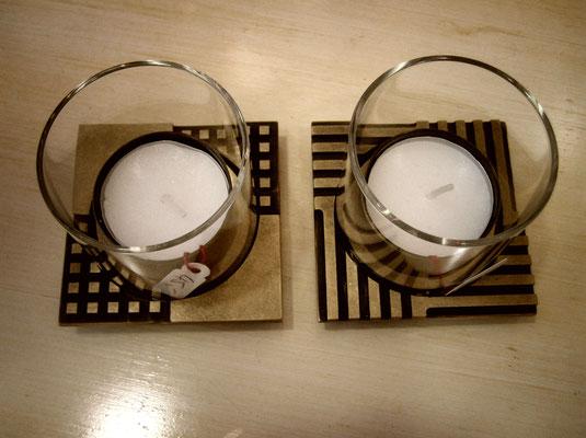 Teelichtleuchter mit eingefräßten, unterschiedlichen Muster