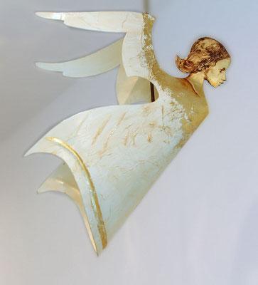 """Schwebender Engel """"Alexej"""" in creme, handbemalt und vergoldet mit einer Stange"""