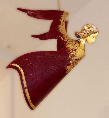 """Schwebender Engel """"Alexej"""" in rot, handbemalt und vergoldet, mit einer Stange"""