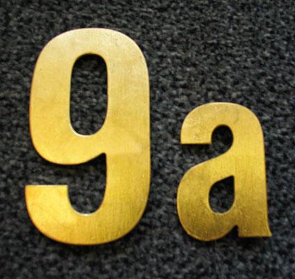 ausgefräßte Hausnummer vergoldet