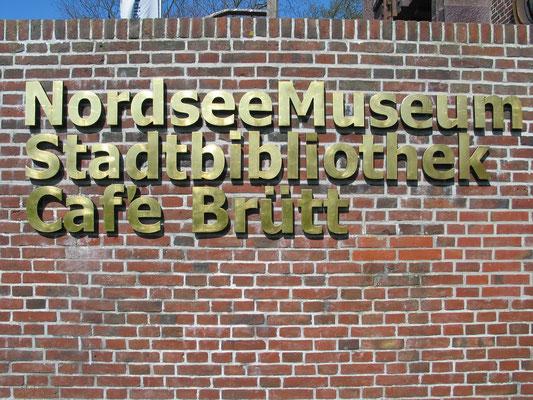 Schriftzug aus plastischen Buchstaben, Messing vergoldet
