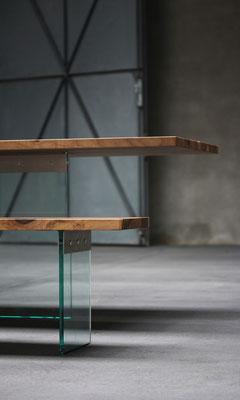 Tisch Esstisch 4x1 Glas massiver Nussbaum Edelstahl Tischfläche aus 4 einzelnen Teilen zusammengesetzt Pistorius Berlin