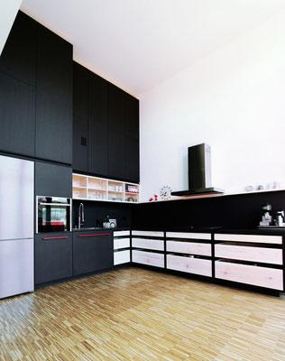 Küche im alten Lokdepot Berlin, Valchromat anthrazit, Fenix NTM Schichstoff schwarz, märkische Kiefer, rot gepulverter Stahl, Pistorius Berlin