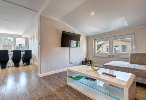 Wohnzimmer mit TV u. Essbereich