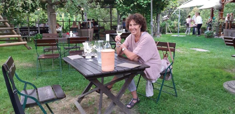 Tour  4 Bild 25 Ulla bei der Weinprobe