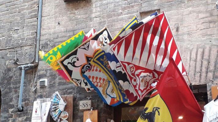 Tour  4 Bild 15 Flaggen des Palio