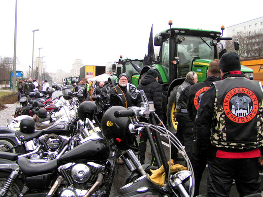 PICT1155  - Biker und Bauern