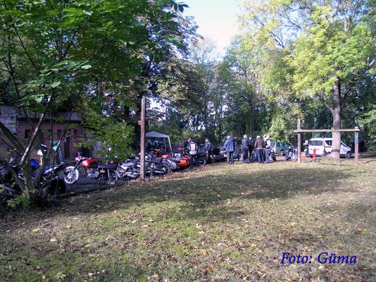 P1010011 Foto: Güma - Schon am Samstag Vormittag standen viele Motoräder auf dem Gelände.