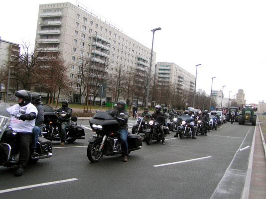 PICT1168 - In mehreren Gruppen Biker/Traktoren ging´s vorwärts