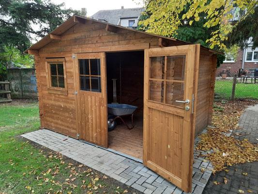 Endlich ein Dach über dem Kopf, unser Gartenhaus, Platz für die neuen Gartengeräte und das Entdecken im Trockenem.