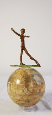 In balans, brons op stenen bol, 28 cm x 18 cm