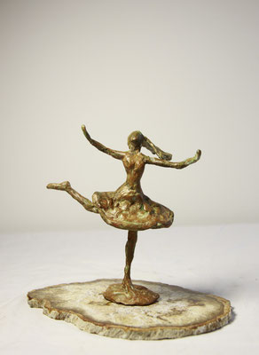 Danseres, brons op versteend hout,  20 cm x 15 cm