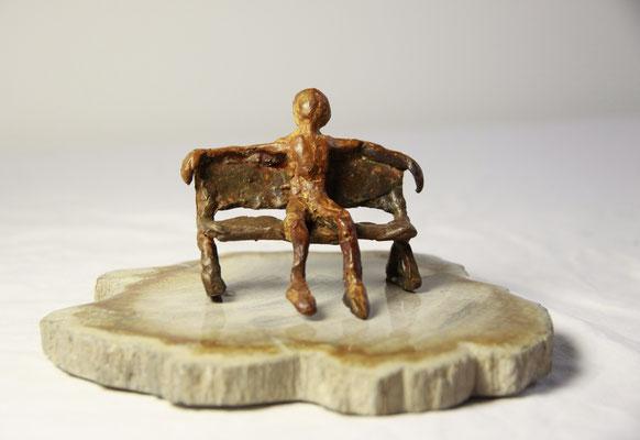 Het bankje, brons op versteend hout, 18 cm x 12 cm