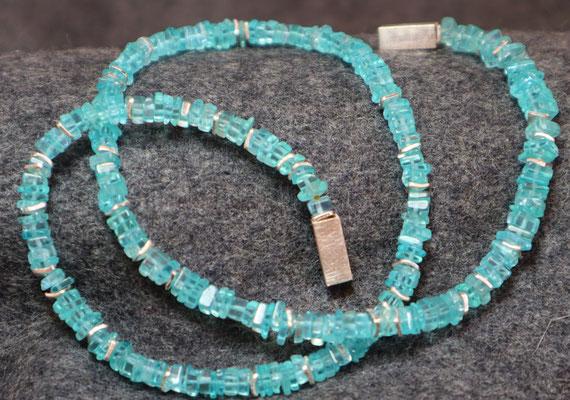 Quadratische Scheiben aus helltürkisem Apatit der Magnetverschluß aus 925 Silber ist ebenfalls eckig