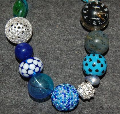 Diese Kette steht Beispielhaft für Ketten aus verschiedensten materialien in verschiedenen Farben, jede ist ein Unikat aus Glas, Silber, edelsteinenen und vielem mehr