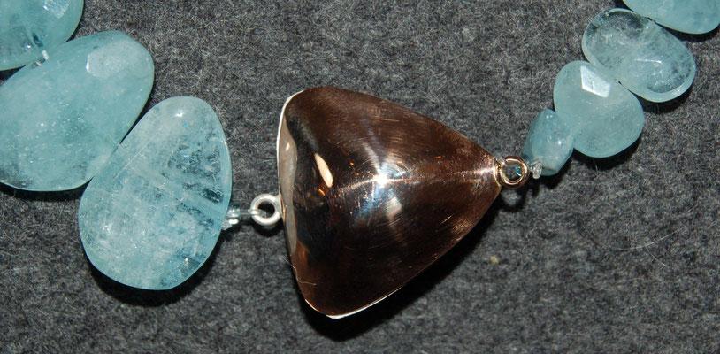 Aquamarin mit einem Magnetverschluss, eine Hälfte ist Silber, die andere Rotgold