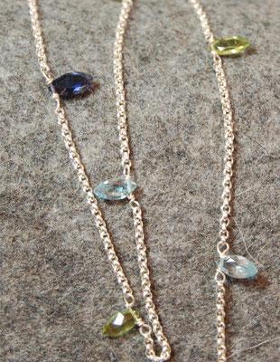 Peridot, Topas und Iolith in dem außergewöhnlichen Navetteschliff lockern diese 925 Silberkette auf spielerische Weise auf. Luftig und leicht.