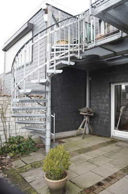 Immobilie in Wülfrath, Bungalow, Reihenmittelhaus, Garten, Metallltreppe, Aufgang zur oberen Terrasse