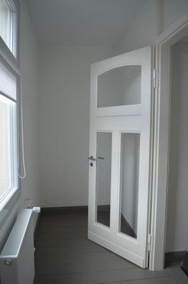 Immobilie in Ennepetal, Maisonettewohnung, Eigentumswohnung, Aufgang ins Dachgeschoss, Tür mit Glaseinsatz