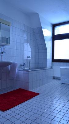 Immobilie in Wuppertal Unterbarmen, Badezimmer mit Fenster, grosses Bad, Badewanne