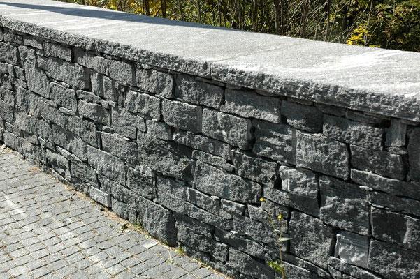 Tessiner Mauersteine von Hand gerichtet
