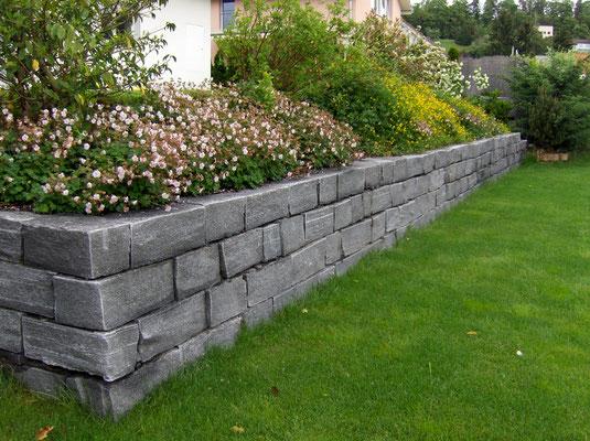 Tessiner Kleinmauersteine welche von Hand versetzt werden