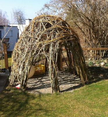 Weidenhaus im Winter, geschnitten und geflochten
