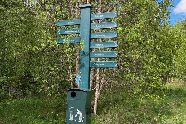 an dieser Stelle geht es über eine Brücke zum Campingplatz und die Hütte steht ein paar Meter weiter am Bachufer
