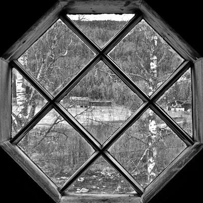 utsikt av Austbygde kirketårnet vindue mot elv