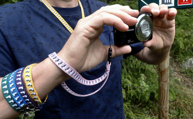 Armband, Kameraschlaufe und Kette in Gebrauch