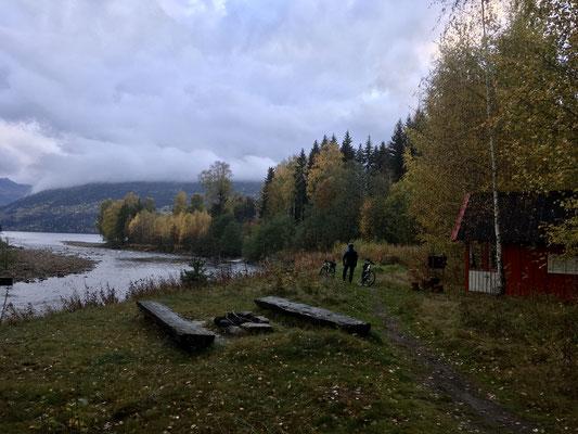 Åstogo liegt direkt an der Bachmündung in den Tinnsjø