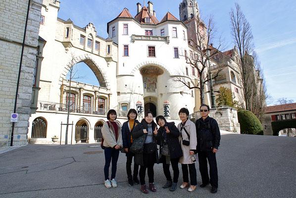 城の前で記念撮影