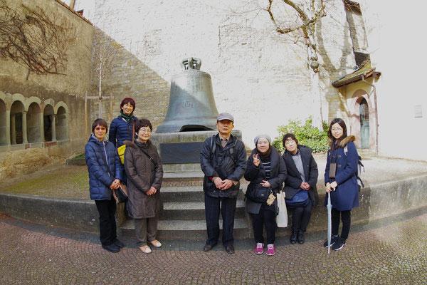 Schaffhausen。大聖堂の中庭にはシラーの『鐘のバラード』のモデルになったと言われる鐘が置かれてある。その鐘の前で記念撮影