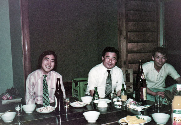 教養部裏にある「亭亭舎」にて飲み会。中央は教養課程の化学担当の先生。この先生と私ががクラス担任だった