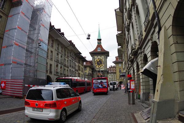 Bern。パンタグラフを斜めに歪めて走るトロリーバス