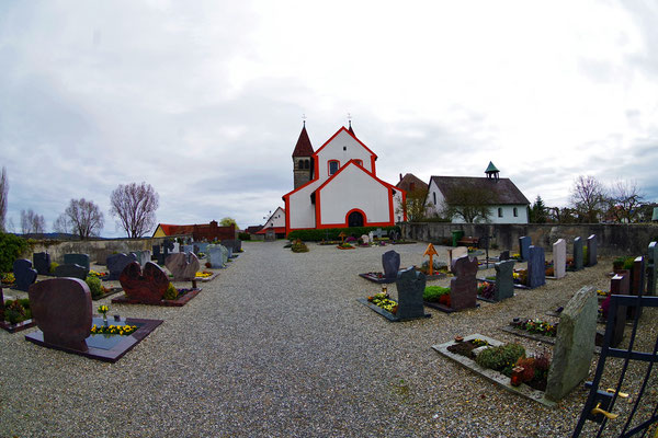 Reichenau。しばらく歩いたあと聖ペーター・パゥル教会へ。島の一番奥(西側)にある。今回は角度を変えて撮ってみた