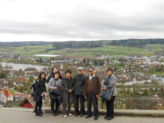 Stein am Rhein の街をバックに(写真提供:MMさん)
