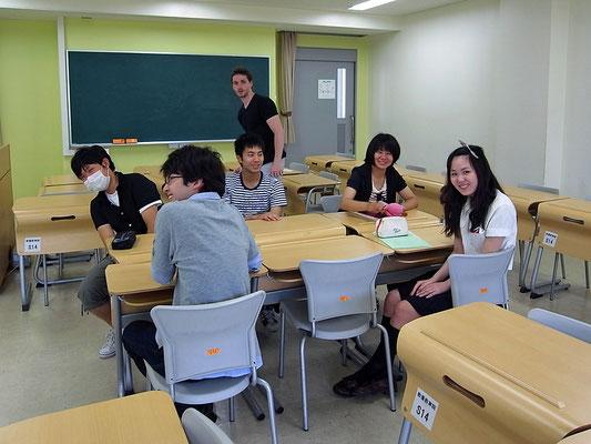 2012年度前期、フランス語(TA =ステファン)右端の人は付属高校の生徒(当時)。基礎セミには附属学校の高校生も参加できることになっている