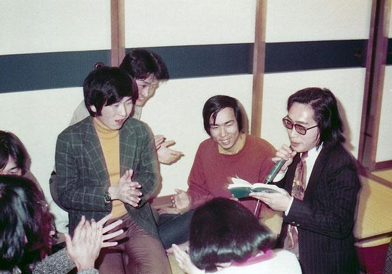 九州大学勤務時代。学生たち(理学部15組1年生)の飲み会。歌わされた。(1976〜7年頃)