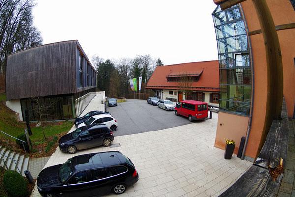 Bauernschule の3つの建物のうちの2つを上から見る