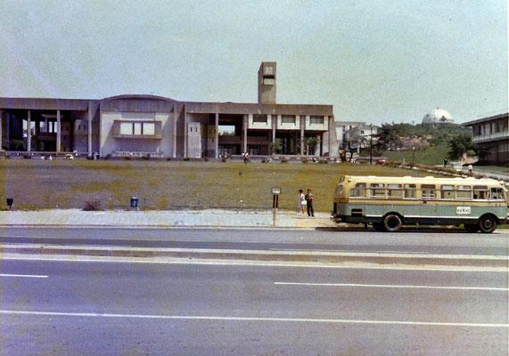 1969〜70年頃の豊田講堂と市営バス。