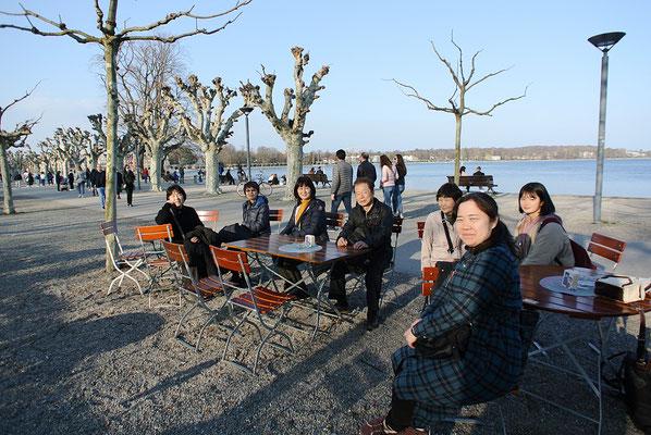 Konstanz の「白鳥が住む桃源郷 (Stadtgarten)」で記念撮影(人が多すぎて飲み物にありつけず)