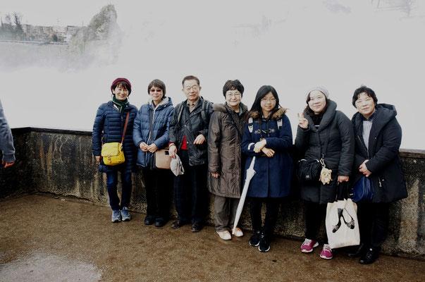 Rheinfall をバックに全員で記念写真