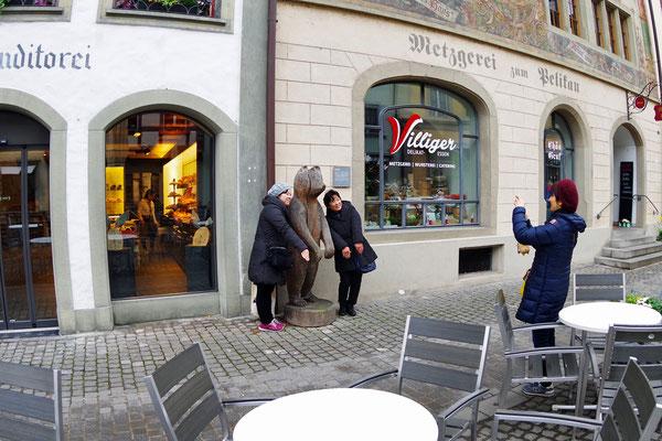 Stein am Rhein の役場前で戯れる