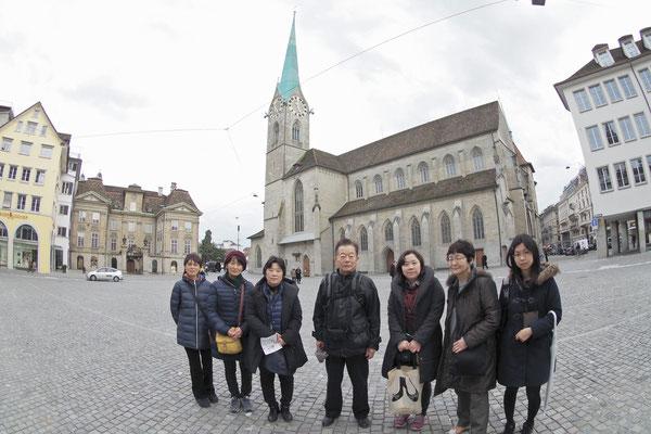 Zürich 湖の近くの広場で
