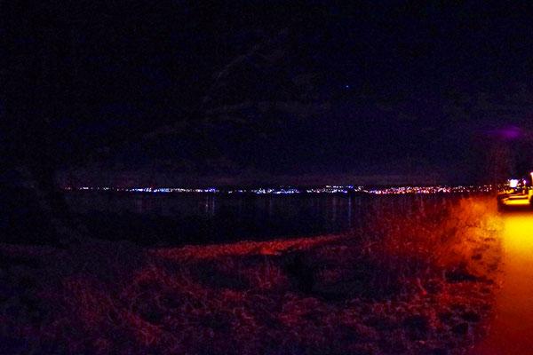 買い物の後、数人は夕方 Therme に行く。Therme から見る夜景(Konstanz 旧市街及びスイス方向を見る)