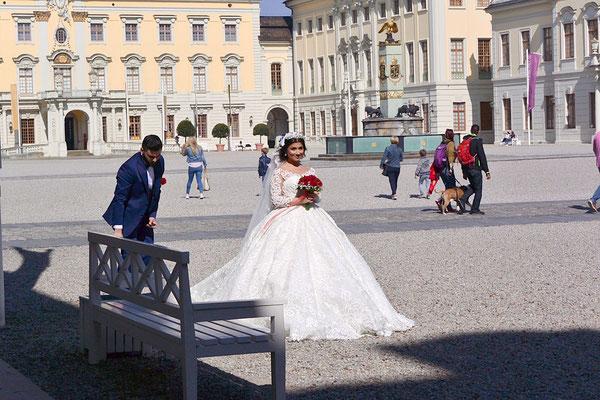 この宮殿では結婚式が次々と何組も行われていた